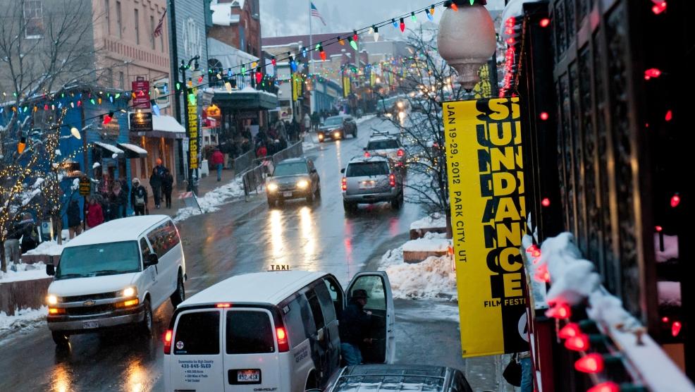 Sundance Film Festival 2012: Fahnen über verschneiten Straßen in Park City, Utah, kündigen das Filmfestival an.