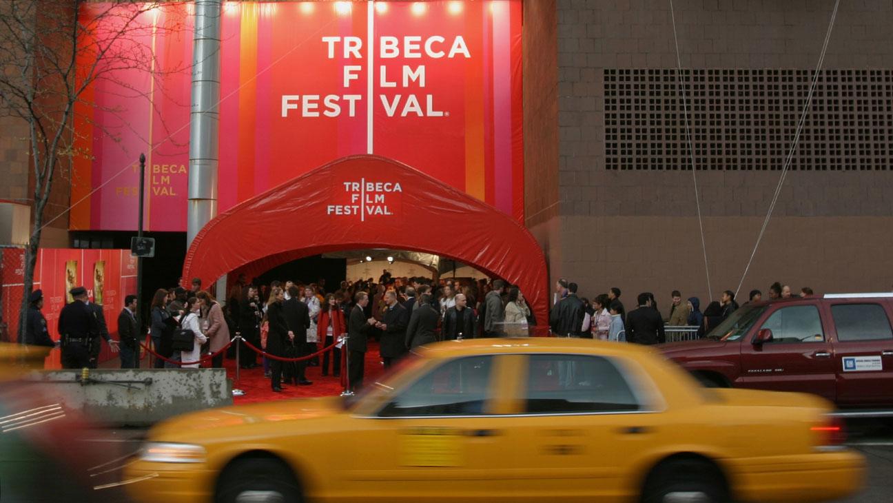 Tribeca Film Festival 2005: Außenansicht des New Yorker Gebäudes, in dem das Festival stattfindet. Vor einem in roter Farbe gehaltenen Eingang stehen Menschen auf einem Roten Teppich, während ein gelbes Taxi vorbeifährt.